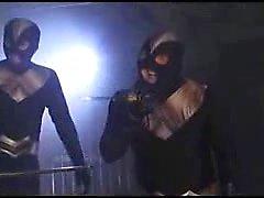 Süper kahraman deli bir doktor tarafından yakalanır ve t