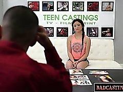 Makeat brunette teini teini esittelee hänen kehonsa