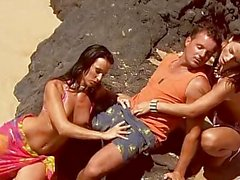 Sıcak Babes ile Sahil Grup Seks Outdoors