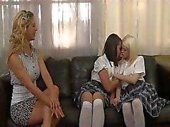 Birbirlerine Two blondes ve lezbiyen aşk bir esmer gösteri sürü