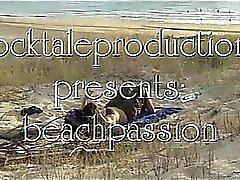 Topluluk plajında dışa sarkan kız, sürtünme ve resim çizme