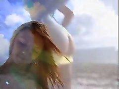 Bir sarışın branle en bord de plage une grosse lokma