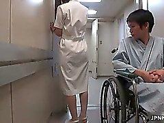 L'infirmière mignon japonais se peloter