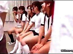 Nuori ja villi Aasian koulutytöt ovat kuin eläimiä lämmön ja täytyy naida