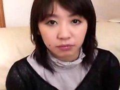 Азиатский подросток в колготках берет их, чтобы дать голова и получить подкожно