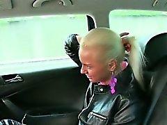 Смазливая блондинки пассажир трахали на бесплатный проезд руления