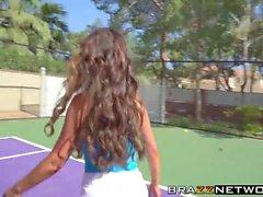 Cougars Diamond Jackson et Nikki Benz partageant la grosse bite