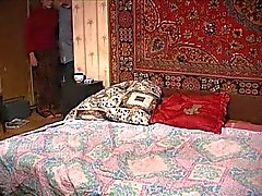 A mulher russa e jovem em segredo para apartamento.