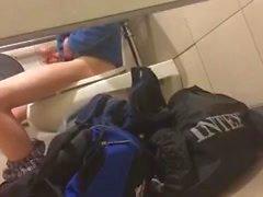 Шпионаж за в хостел соседа по комнате дрочу в ванной комнате