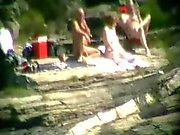 Eşim kumsalda yabancılarla birlikte eğlenirken . Halkla çıplak insan figürü