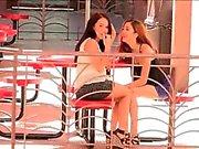 Meagan et Sophia porno mignonne brune lesbiennes en public