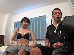 Hermosa chica japonesa con un culo encantador folla un gallo duro en la cama