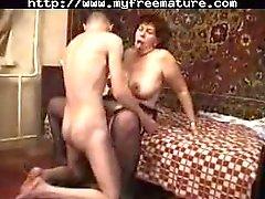 Granny nauttia seksiä kuuma teini-ikäinen tyttö