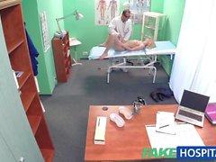FakeHospital Zayıf sarışın bir doktor alır