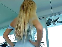 Mooi Blond meisje neukt een Submissed Guy met Strapon