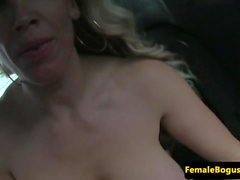 Milf taxidiver doggystyled par passager chanceux