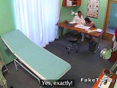 Bir busty Teen bir reçeteleme için doktoru sikikleri