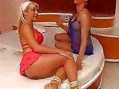 Kırmızı bir kıllı bir travesti hoş sarisin sikikleri