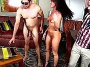 Brunett cuckolds sin pojkvän och binder upp ditt honom så han måste att titta på