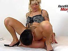Sexy piernas maduras amateur dama Beate facesitting un niño