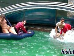Intense gangbang inverse dans la piscine