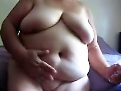 Große Großmutter masturbiert mit einem Dildo