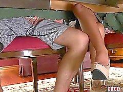 Stiefmutter wichst Junge unter dem Tisch