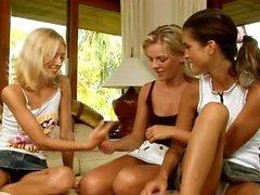 Dos adolescentes bonitos y malos lesbianas lamen y el dedo en la leva
