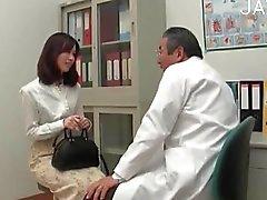 Esmer kız doktor ziyaretleri