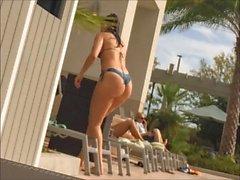 ass Juicy en string à la piscine de l'hôtel