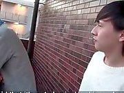 Teen asiatisk pojke freting sitt långa hanen