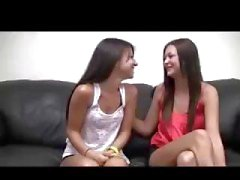 Zwei brünett lesbische Babes Chat auf die Couch bevor Sie mit einander