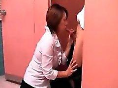 Ella espera a conocer a su amante para negociar la cabeza en un re público