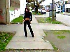 Genç Tranny yürümeye cadde