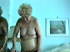 Fat Farmor visar henne old stora fitta i hennes sovrum