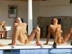 Six femmes nues à la piscine à partir France