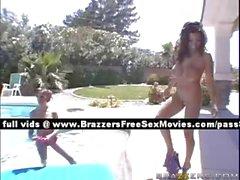 Femme plantureuse à Amazing extérieur piscine