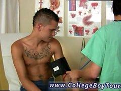 Erotisk nakna pojke gay av full längd sitt människa kött i kände oss som om stålet