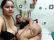 Красивая любительская латина девушка мастурбирует используя ее игрушки