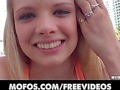 Busty blond tonåring Stella Banxxx plockas upp i den offentliga