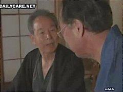 Kåta japanska män slickar och toying oskyldiga asiatiska slitsar