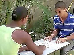 Compañeros twink exóticas desempeñan domino strip para un blowjob