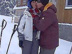 Ruskeahiuksin teini teini Oran ottamalla rasvasta falloksen lumisella tiellä