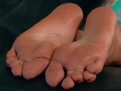 Akiko's Mature Japanese Feet Get Oiled in her Return 4K