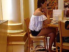 Кафе девушкой Shorts