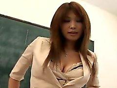 Intérim aux gros seins se frotte la chatte chez salle de classe