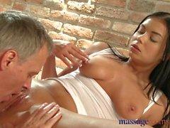 Massage massothérapeute Une jeune massothérapeute tchèque jouissant d'une grosse bite anglaise