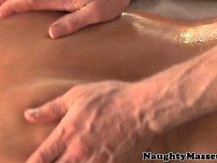 Huilé taille petite pour Kacey Jordanie bénéficie massage