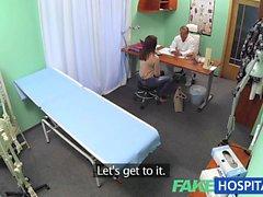 FakeHospital Sweet Doktor sıcak hastaya çiçek verir