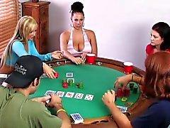 Swinger jugar con juego de cartas de de póker